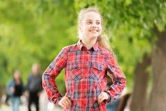 Un contact intemporel de style Peu enfant mignon avec la longue coiffure blonde le jour d'été Plaid de port de petite fille adora photo libre de droits