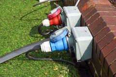 Un contador de tiempo del zócalo eléctrico con el cordón atado Éste se utiliza al aire libre en el tiempo húmedo que pudo present Foto de archivo libre de regalías