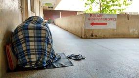 Un contatore tatkal aspettante del passeggero indiano Fotografie Stock Libere da Diritti