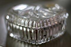 Un contenitore di gioielli a forma di del bello cuore di cristallo antico con gli effetti del bokeh immagini stock libere da diritti