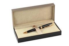 Un contenitore di regalo con una penna Fotografia Stock Libera da Diritti