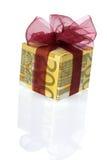 Un contenitore di regalo dei soldi dell'euro 200 Immagini Stock