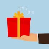 Un contenitore di regalo per voi - una tenuta della mano. Immagini Stock Libere da Diritti