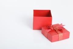 Un contenitore di regalo rosso vuoto con il coperchio fuori Fotografia Stock Libera da Diritti