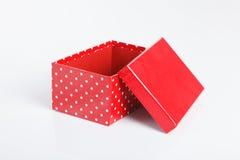 Un contenitore di regalo rosso vuoto con il coperchio fuori Fotografie Stock