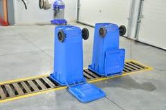 Un contenitore di riciclaggio blu capovolto su un autolavaggio Pulizia Immagine Stock