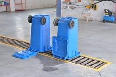 Un contenitore di riciclaggio blu capovolto su un autolavaggio Pulizia Fotografia Stock Libera da Diritti