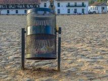 Un contenitore di rifiuti pubblico quasi vuoto fotografie stock libere da diritti