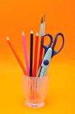 Un contenitore di vetro con le forbici e le matite immagini stock libere da diritti