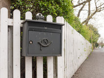 Un contenitore nero interessante ed unico di posta fuori di bloccato con Immagini Stock Libere da Diritti