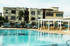 Un contrasto di un hotel di 5 stelle alle case di Avana, località di soggiorno con lo stagno e terrazzo immagini stock