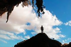 Un contre-jour d'homme à l'entrée de la caverne de Dogub, île d'île de Socotra, Yémen, 4x4 excursion, joie, bonheur, liberté Image libre de droits