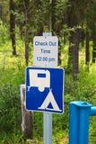 Un controllo di campeggio fuori cronometra il segno del messaggio di pm di 12:00 Fotografie Stock