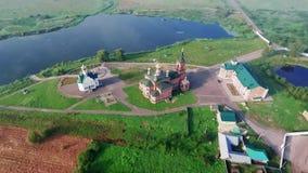 Un convento en la orilla del lago Montaña aérea de Photography 02 almacen de video