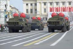 Un convoy de los lanzacohetes ZRS S-300PM en el ensayo del desfile en honor de Victory Day en cuadrado del palacio Foto de archivo