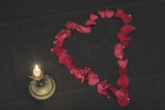Un corazón de pétalos color de rosa Foto de archivo libre de regalías