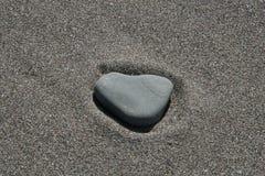 Un corazón en la arena fotografía de archivo