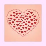 Un corazón llenado de los corazones rojos Fondo rosado, tarjeta Foto de archivo
