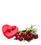 Un corazón con el caramelo y las rosas con el espacio de la copia Foto de archivo