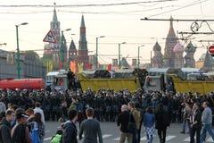 Un cordón de la policía cerca del Kremlin, en las partes de la oposición rusa para las elecciones justas, puede 6, 2012, cuadrado Foto de archivo
