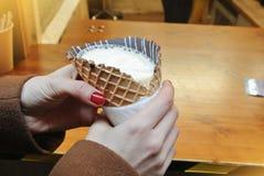 Un cornettoccino, caffè con il gelato e latte in un cono della cialda Immagine Stock
