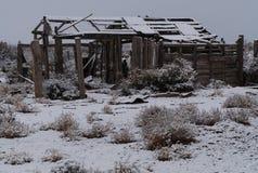 Un corral rustique pendant une tempête de neige dans le sud-ouest image stock