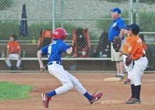 Un corredor roba la segunda base que se levanta Imagenes de archivo
