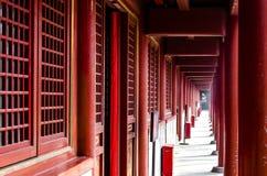 Un corridoio lungo nel tempio fotografia stock