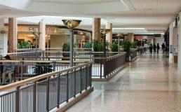Un corridoio piastrellato in un centro commerciale Immagini Stock