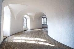 Un corridoio rotondo con bella luce naturale fotografie stock