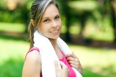 Un corridore femminile attraente che allunga prima del suo allenamento Fotografia Stock