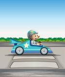 Un corridore femminile in sua vettura da corsa blu Fotografia Stock