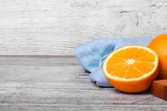Un corte en media naranja exótica Naranjas brillantes en un fondo de madera Frutas antioxidantes para las bebidas sanas Copie el  Foto de archivo