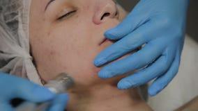 Un cosmetologist profesional hace un vacío de la mujer que limpia la cara en un salón de belleza Innovaciones de Cosmetological almacen de metraje de vídeo