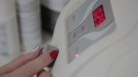 Un cosmetologist profesional incluye un dispositivo para los microcurrents en una oficina de la cosmetología almacen de video