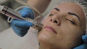 Un cosmetologo professionale fa un vuoto della donna che pulisce il fronte in un salone di bellezza Innovazioni di Cosmetological stock footage