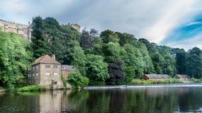 Un cottage à côté de rivière avec des arbres photo stock