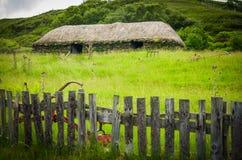 Un cottage coperto ricoperto di paglia sull'isola di Skye in Scozia Fotografia Stock Libera da Diritti
