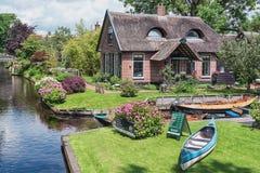 Un cottage couvert de chaume qui ressemble à un chat Photographie stock libre de droits