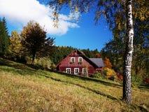 Un cottage en automne Photographie stock libre de droits