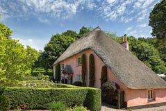 Un cottage ricoperto di paglia singolare nel villaggio di Cockington, Torquay, Inghilterra fotografia stock