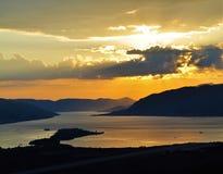 Un coucher du soleil à la baie de Kotor Photo libre de droits