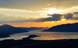 Un coucher du soleil à la baie de Kotor avec des nuages Photographie stock libre de droits