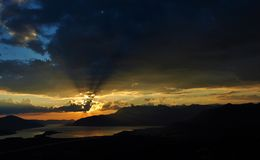 Un coucher du soleil à la baie de Kotor avec les nuages foncés Image libre de droits