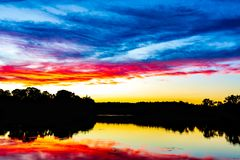 Un coucher du soleil épique de la Nouvelle Angleterre - melrose le Massachusetts d'étang d'Ell photo stock