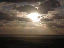 Un coucher du soleil argenté sur une plage néerlandaise photographie stock libre de droits