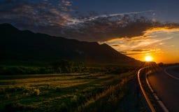Un coucher du soleil au-dessus de la route photo stock