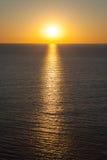 Un coucher du soleil chaud majestueux et parfait au-dessus de la mer Méditerranée. Images libres de droits