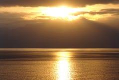 Un coucher du soleil d'or au-dessus de la mer Méditerranée calme Photos libres de droits
