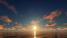 Un coucher du soleil d'or dans l'océan Image stock